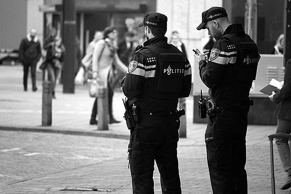 Extra politie controle op grote stations in Nederland, hier twee politie agenten in Eindhoven. Naar aanleiding van de aanslagen in Belgie.