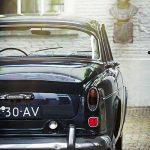 Een oude blauwe Volvo op de oprit van een hofje in Den Bosch