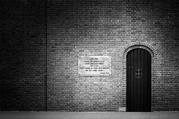 De kleine deur vanwaar de gevangenen naar de Waalsdorpervlakte werden gebracht. Bezoek het Oranjehotel om meer te weten te komen.