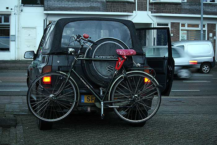 De jeep met m'n fiets eraan