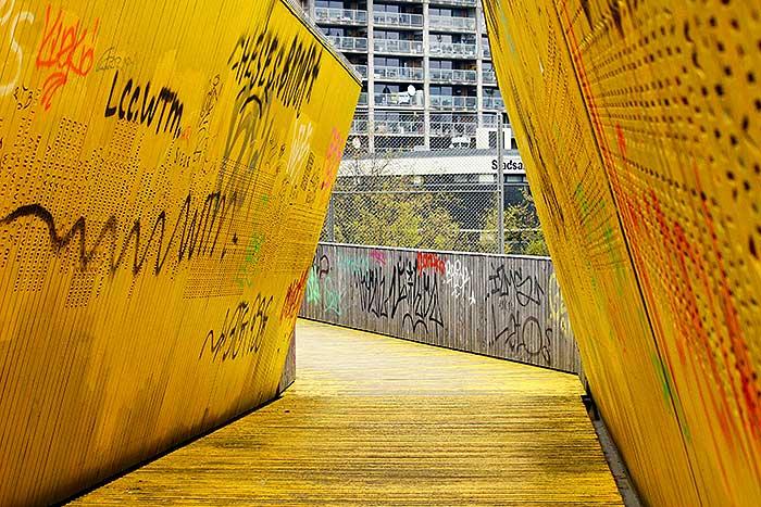 De kenmerkende gele brug over de sporen bij Hofplein