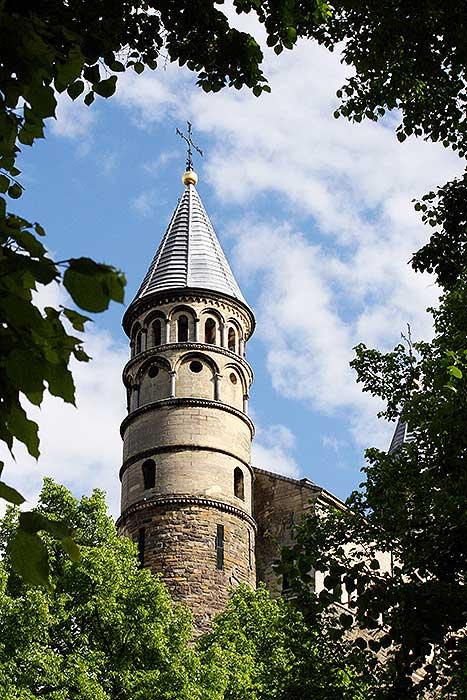 Onze-Lieve-Vrouw-Tenhemelopneming of Sterre der Zee is een kerk met 2 torentjes in Maastricht