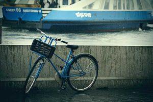 Een eenzame blauwe fiets