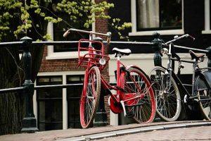 Een fiets op een AMsterdams bruggetje