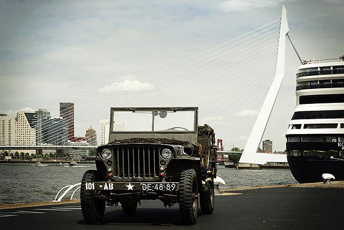 Willys jeep op Wilhelminapier in Rotterdam