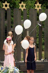 Er worden balonnen opgelaten, 74 voor elk jaar dat het geleden is,