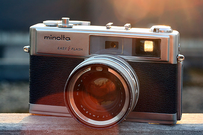 Retro camera met gouden uur.