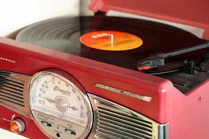 Rode retro platenspeler met een LP van Freddie Mercury Mr. Bad Guy.