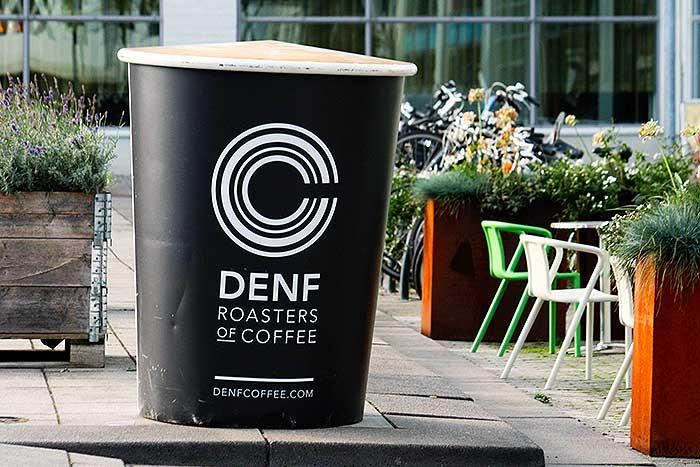 Een grote kop koffie op een plein